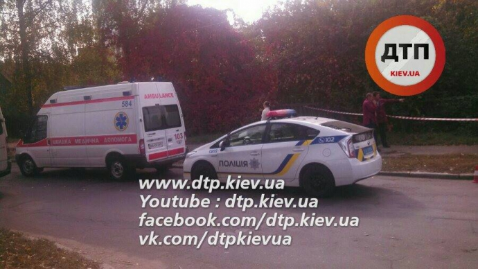 У Києві перекинувся легковик, є постраждалі: опубліковані фото (1)