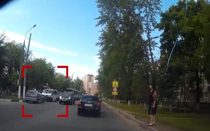 В России сын экс-министра на BMW влетел в остановку: появились фото и видео