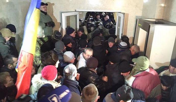 Митингующие занимают здание парламента в Кишиневе