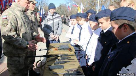 В Крыму отмечают День защитника Отечества, детей учат собирать автоматы: опубликованы фото (3)