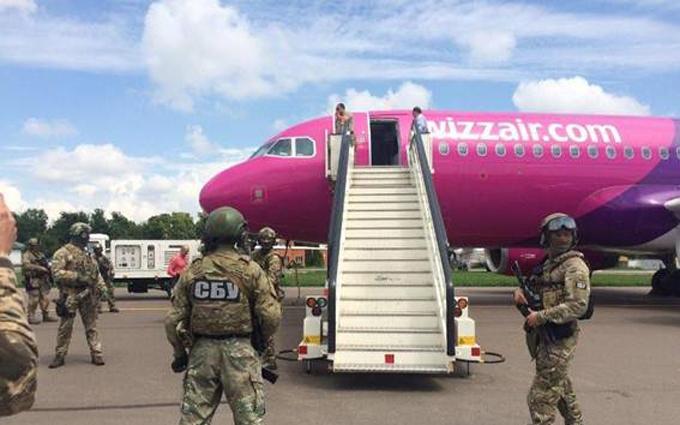 """У Києві поліція моментально вирахувала """"мінерів"""" літака: з'явилися фото"""