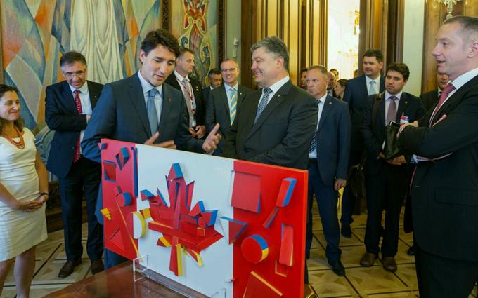 Порошенко здивував прем'єра Канади подарунком: опубліковано фото (1)