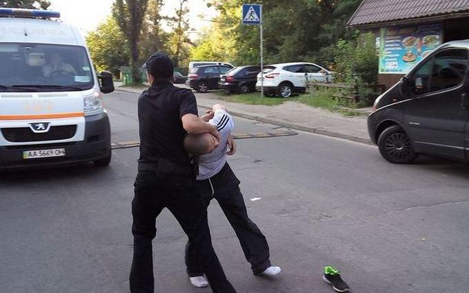 У Києві ледь не вчинили самосуд над п'яним, який збив дитину: фото з місця події
