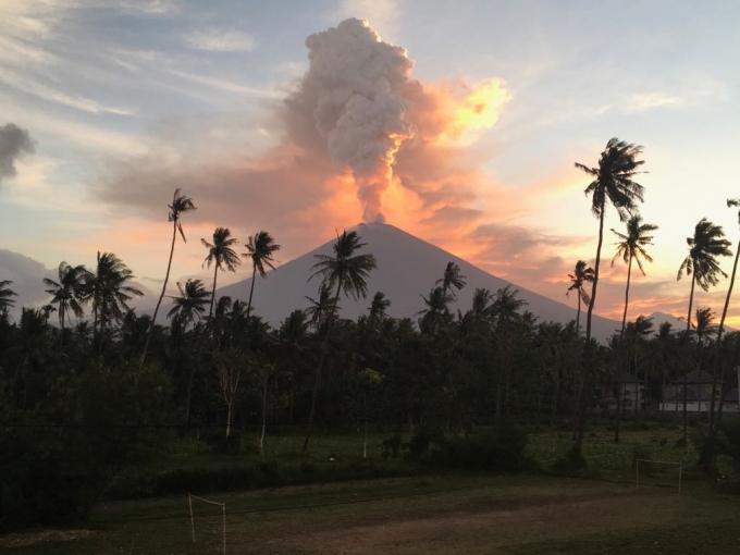 Бали вновь накрыло мощное извержение вулкана, эвакуированы сотни жителей: опубликованы жуткие фото и видео (1)
