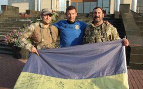 Футболисты сборной Украины получили уникальные подарки от воинов АТО: опубликованы фото и видео