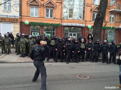В Киеве забросали камнями российские банки: опубликованы фото (3)