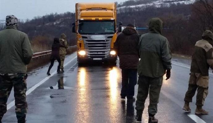 На Закарпатье блокируют российские грузовики