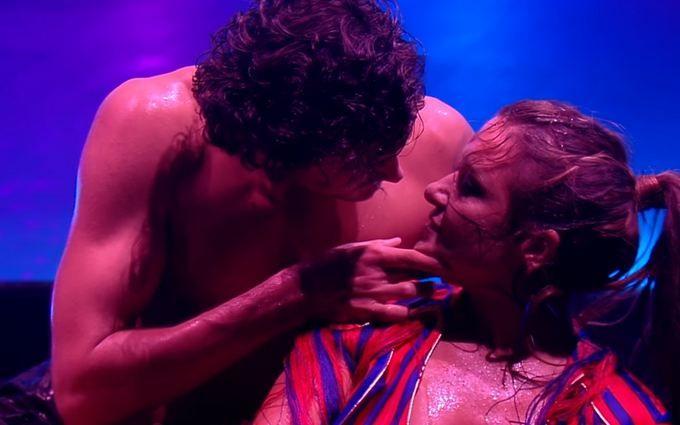 """Могилевська станцювала """"мокрий"""" танець з напівоголеним партнером: з'явилося відео"""