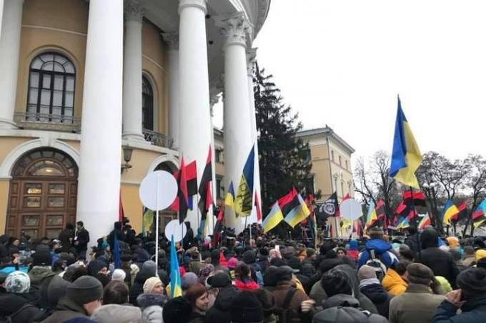 Нацгвардия назвала число пострадавших во время штурма Октябрьского дворца: опубликованы фото (3)
