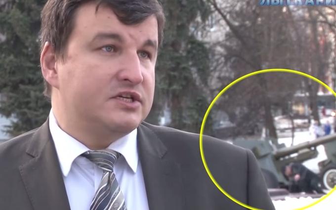 Сеть насмешило видео интервью чиновника из России на фоне падающих горожан