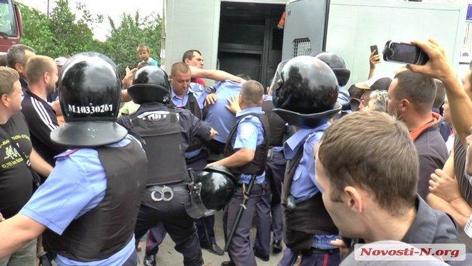 Бунт проти поліцейських на Миколаївщині: з'явилися фото (1)