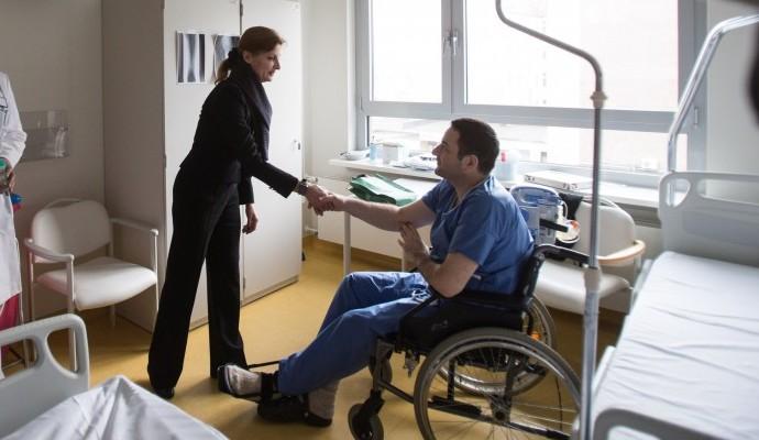 Супруга президента нанесла визит украинским бойцам в госпиталь в Германии