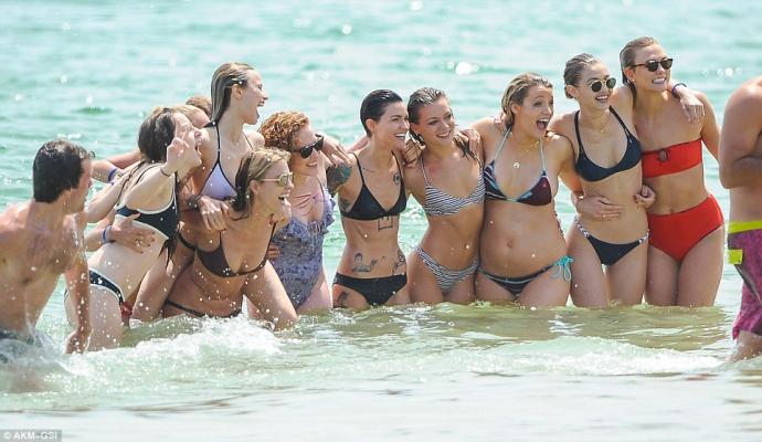 Папарацци поймали беременную Блейк Лайвли с мужем на пляже: опубликованы фото (1)