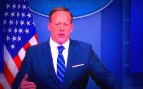 Пресс-секретарь Трампа крупно оконфузился на брифинге: появилось видео
