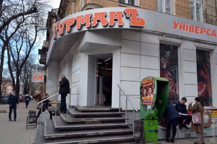 В Одессе охрана чуть не убила мужчину за кусок колбасы: опубликованы фото и видео (1)