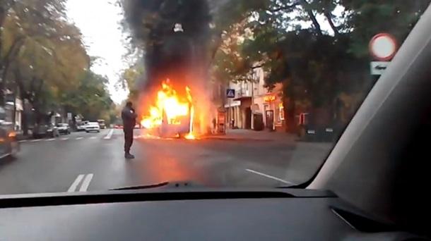 В Одесі маршрутка спалахнула прямо на ходу: з'явилися фото і відео (1)