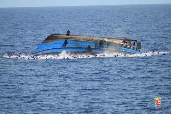 Біля берегів Італії перекинувся човен із сотнями мігрантів: з'явилися драматичні фото і відео (2)