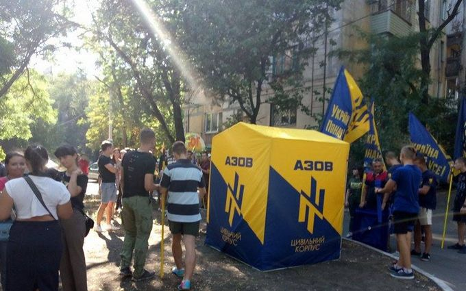 """У Маріуполі влаштували мітинг проти виведення """"Азова"""": опубліковано фото"""
