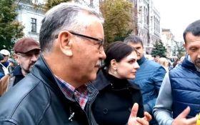 """Митингующие на Банковой напали на лидера """"Гражданской позиции"""" Анатолия Гриценко"""