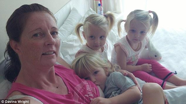 Багатодітна мати показала, як годує грудьми п'ятирічних трійнят: опубліковані фото (3)