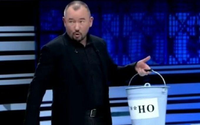 Ведущий российского пропагандистского телеканала появился в прямом эфире с ведром г*вна
