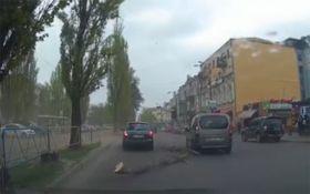 Сильний вітер у Києві: у мережі з'явилося драматичне відео з столиці