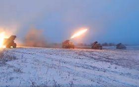 """Горять будинки, поранені мирні жителі: бойовики з """"Градів"""" обстріляли Новолуганське"""