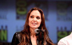 Анджелина Джоли в ярости из-за провокации Брэда Питта с новой девушкой - все подробности
