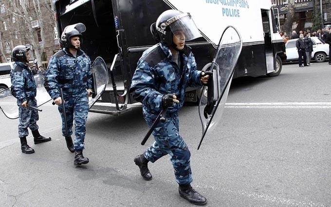 Загарбники будівлі поліції в Єревані звернулися до вірменів