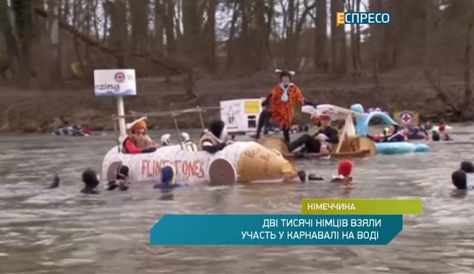 Несколько тысяч немцев в костюмах купаются в холодном Дунае