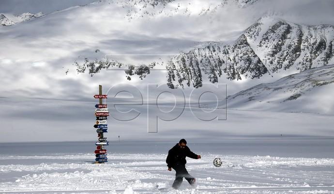 Особливості футболу в Антарктиді (4 фото)