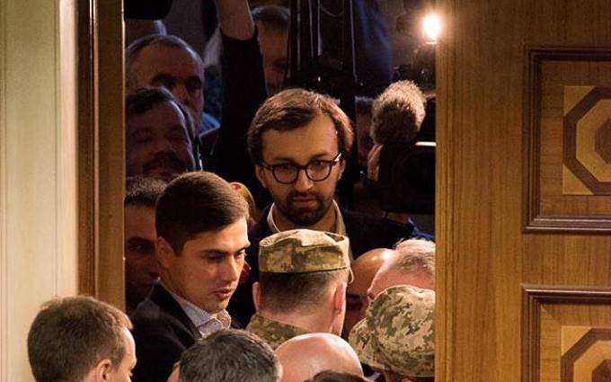 """Во фракции Порошенко намекнули на перевыборы и рассказали о """"днище"""""""