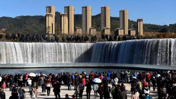 У Піднебесній спорудили найбільший рукотворний водоспад Азії (4 фото)