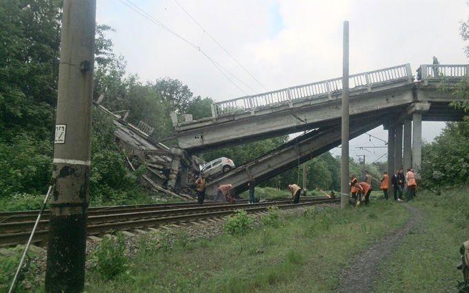 Бойовики на Луганщині підірвали міст між Хрустальним та Луганськом: опубліковані шокуючі фото