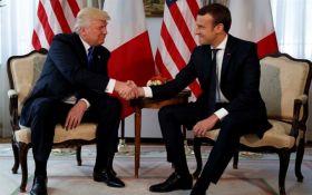 Трамп решил подарить Макрону кусок обивки стула