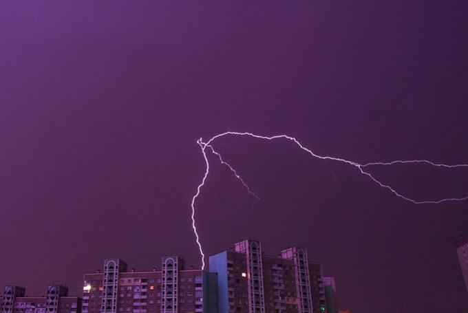 Страшно, но красиво: в сети появились яркие фото и видео ночной грозы в Киеве (2)