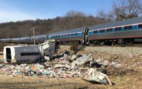 Поїзд з республіканцями зіткнувся зі сміттєвозом у США, є жертви