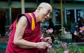 Молитв недостаточно: Далай-лама объяснил, как людям победить пандемию