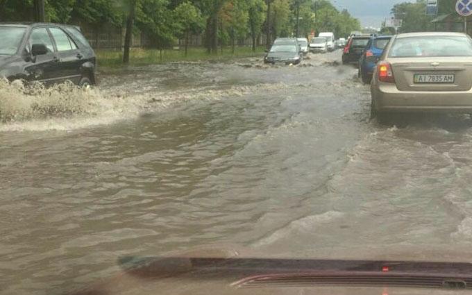 Злива в Києві перетворила вулицю на річку: опубліковано фото