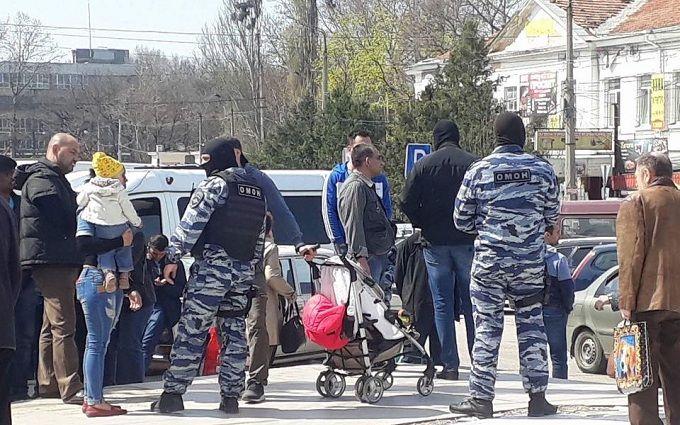 Русские силовики устроили облаву нарынке Симферополя