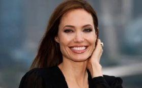 Поклонники не узнали Анджелину Джоли из-за нового цвета волос