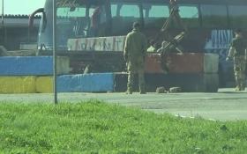 На кордоні з Кримом розбирають барикади: з'явилося відео