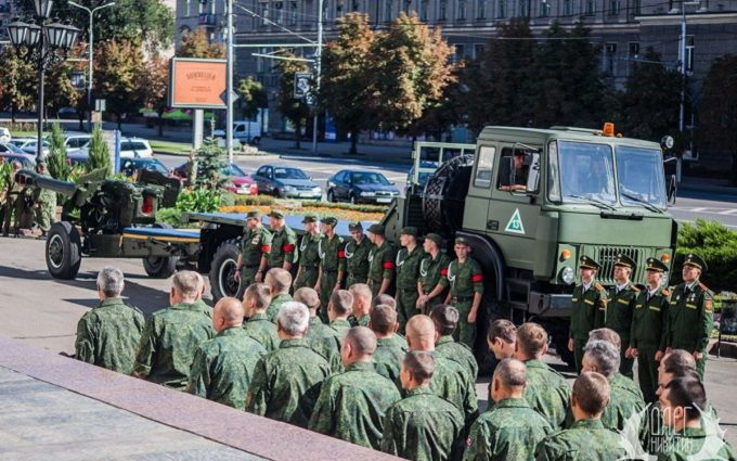 """В окупованому Донецьку з пафосом ховають """"польового командира ДНР"""": з'явилися фото"""