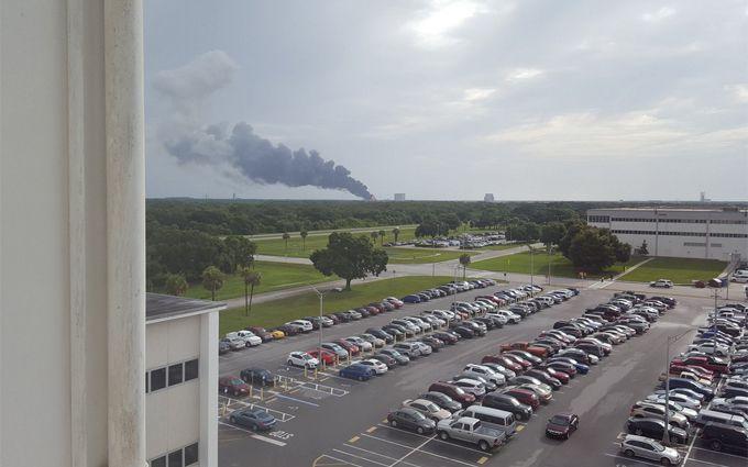 На пусковой площадке компании SpaceX взорвалась ракета: опубликованы фото и видео