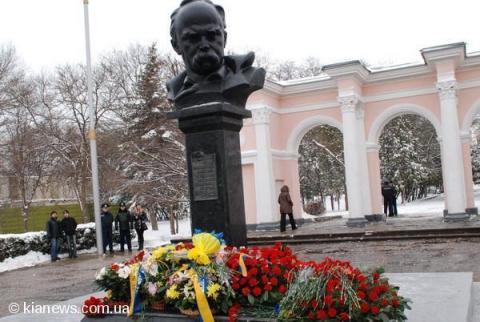 Кримські силовики оточили пам'ятник Шевченку в Сімферополі