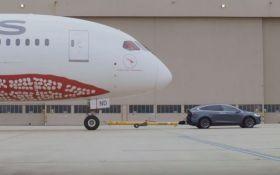 Tesla Model X відбуксував 126-тонний літак: опубліковано вражаюче відео
