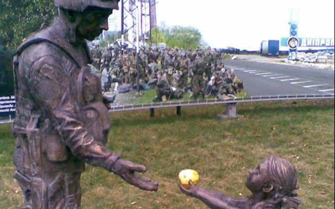 У Дніпрі творчо виправили понівечений пам'ятник бійцю АТО: опубліковані фото і відео