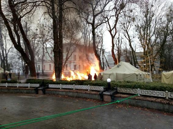Под Верховной Радой произошел пожар: сгорела палатка протестующих (1)