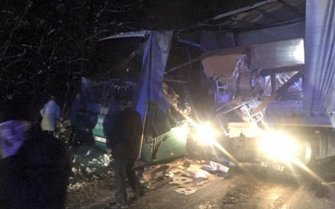 На автотрассе Львов-Краковец автобус стуристами въехал вфуру