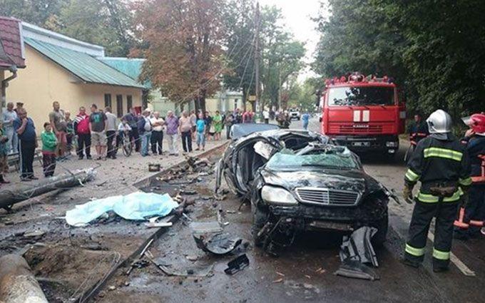 У страшній ДТП на Прикарпатті авто розірвало на частини: опубліковані фото